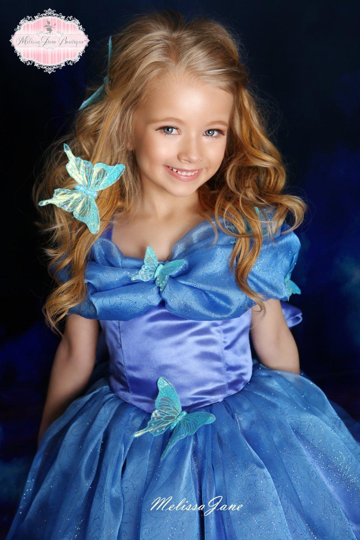 シンデレラ風の青いプリンセスドレス「Inspired Cinderella Blue Movie Princess Dress - with a touch of Feathers」2歳から7歳
