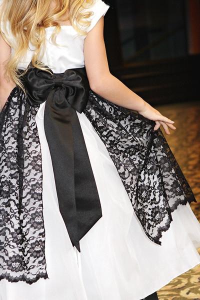 贅沢なベラレースのエプロンドレス「Posh Bella Laced Apron Dress」2歳から12歳